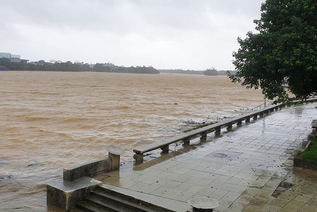 Thành phố Huế vắng hoe sau khi bão Molave đi qua 3