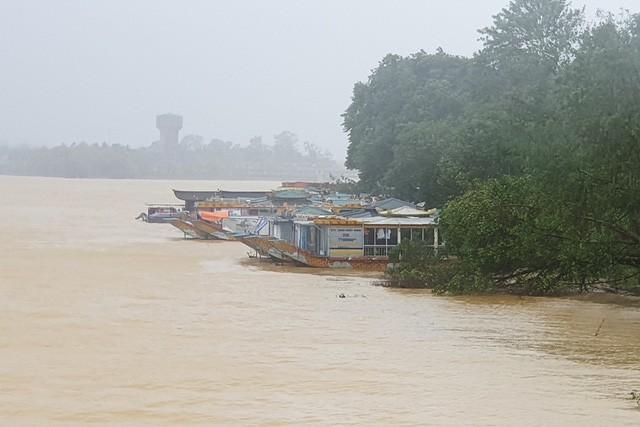 Các nhà thuyền neo đậu bên bờ sông Hương tránh bão.