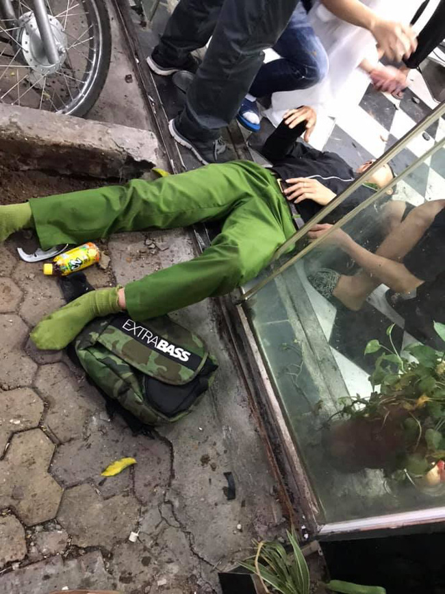 Người điều khiển xe máy bị hất vào tới nhà dân (Ảnh Nguyễn Tiến Anh)