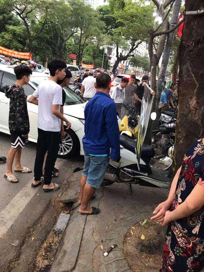 Hà Nội: Kinh hoàng ô tô 'điên' mất lái hất văng người đi xe máy vào nhà dân ven đường 1