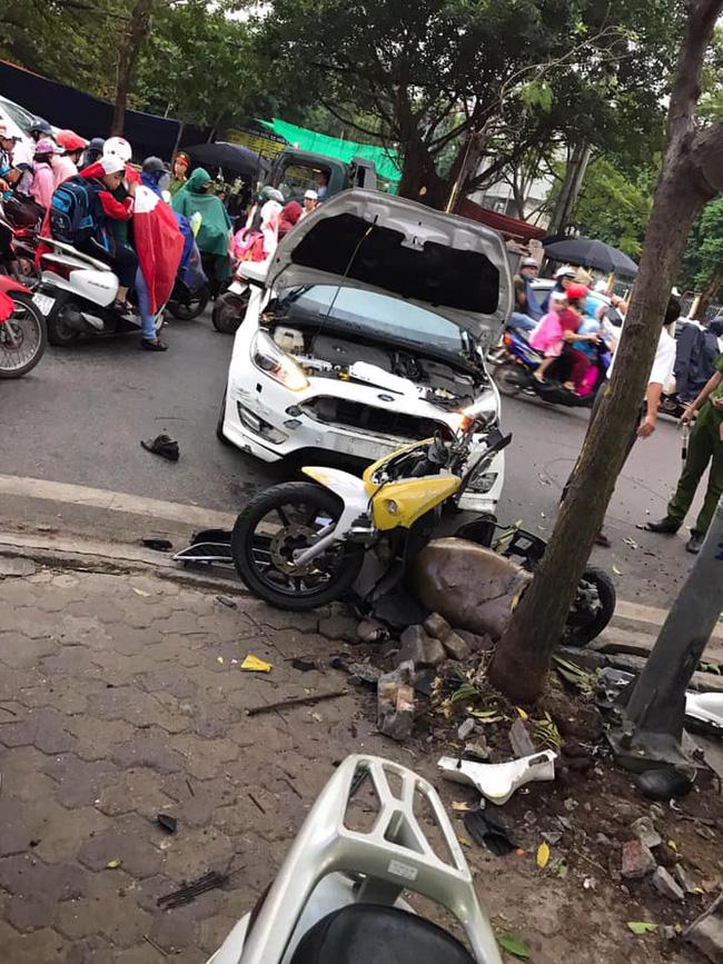 Hà Nội: Kinh hoàng ô tô 'điên' mất lái hất văng người đi xe máy vào nhà dân ven đường 2