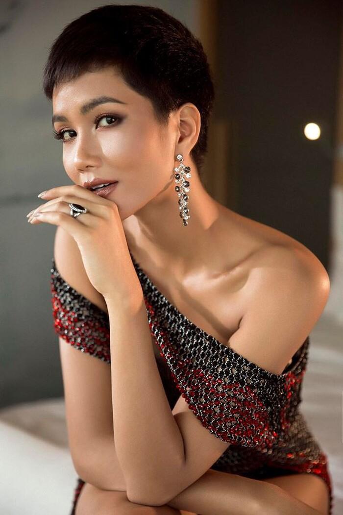 Bộ váy lưới giúp người đẹp tôn vóc dáng và làn da nâu. H'Hen Niê sau đó lập kỳ tích top 5 Miss Universe 2018.