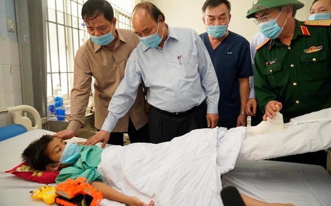 Thủ tướng Nguyễn Xuân Phúc thăm các nạn nhân vụ sạt lở Trà Leng đang điều trị tại bệnh viện