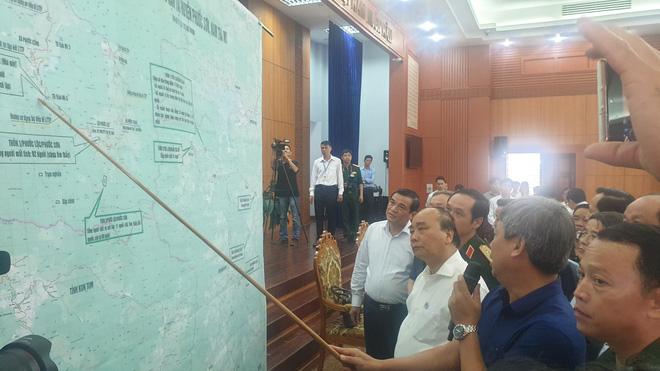 Thủ tướng nghe báo cáo về vụ sạt lở Trà Leng tại buổi làm việc với các địa phương miền Trung