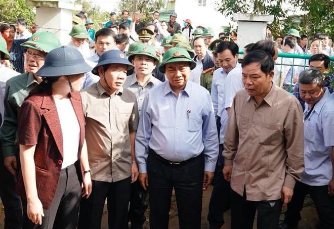 Thủ tướng thăm gia đình 1 hộ dân bị ngập trong lũ tại Quảng Ngãi