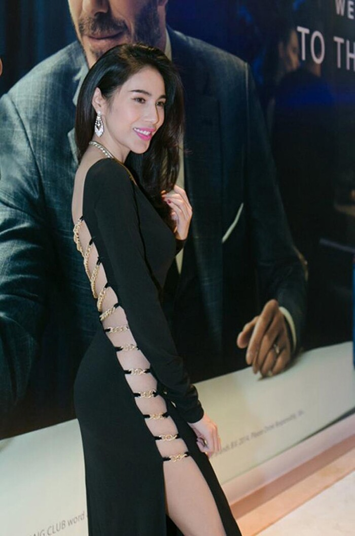 Thủy Tiên, Ngọc Trinh, Tóc Tiên gây thót tim với váy áo hiểm hóc, cúi không được, ngồi không xong 10