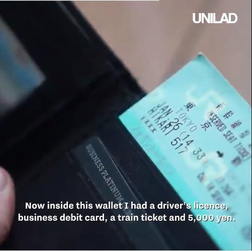 Bên trong ví có thẻ tín dụng, tiền mặt,.. và các loại giấy tờ cần thiết.