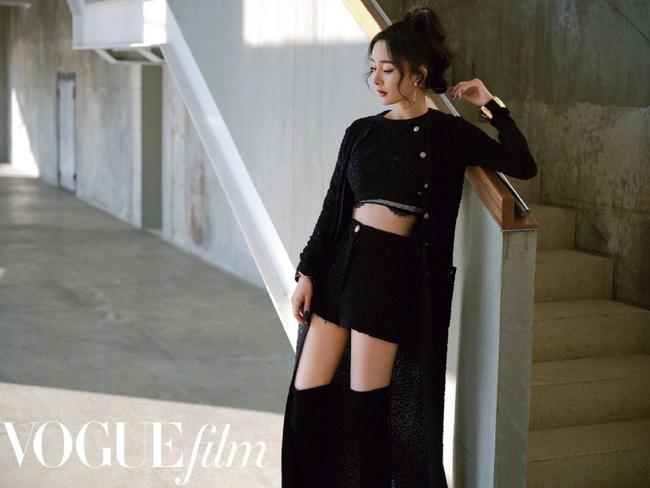 Người đẹp 34 tuổi chọn một bộ đồ rất ấn tượng, khoe khéo vòng eo con kiến cùng đôi chân thon dài.