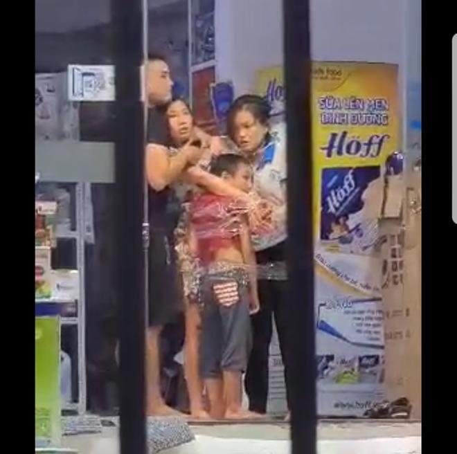 Hình ảnh Thái dùng dao khống chế 2 mẹ con cùng nữ nhân viên cắt từ clip