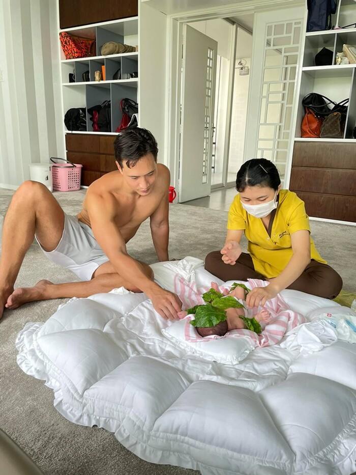 Sau khi về nhà, Hồ Ngọc Hà và Kim Lý cũng đặt ngay dịch vụ chăm sóc cho Lisa và Leon. Hai con của Hồ Ngọc Hà được tắm, massage thư giãn, hơ lá trầu để làm ấm cơ thể, chăm sóc làn da cũng như hệ tuần hoàn của bé.