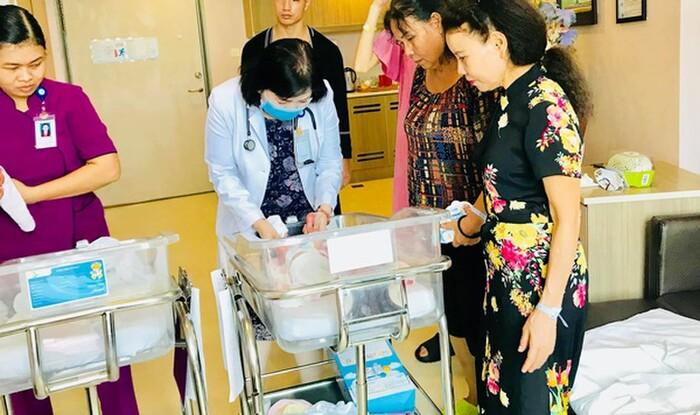 Bên cạnh đó, bé vừa được vuốt ve, vừa được trò chuyện để phát triển trí não. Để thuê dịch vụ chăm sóc con mới sinh này, Hồ Ngọc Hà và Kim Lý cũng rút hầu bao không ít tiền.