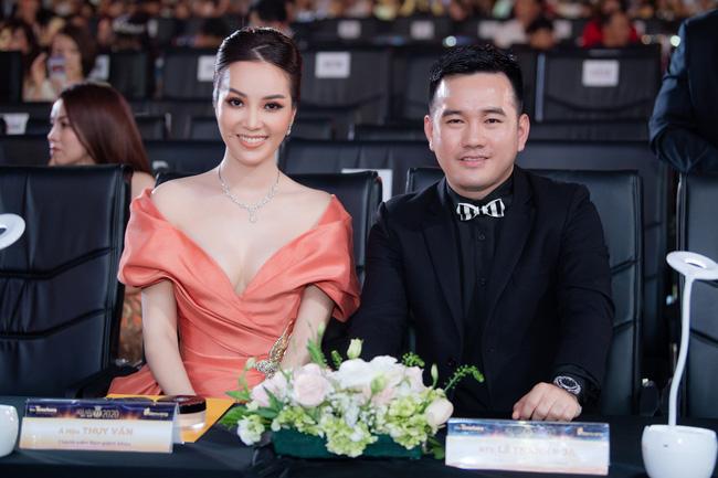 Á hậu Thụy Vân và NTK Lê Thanh Hòa trên hàng ghế BGK.