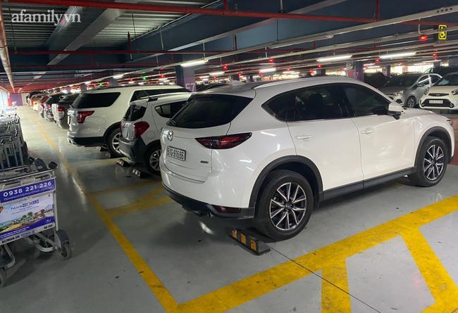 Nhiều taxi công nghệ đậu sẵn trên bãi xe tầng 4, chịu phí 25.000 đồng.