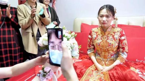 Chú rể nhận cuộc gọi khẩn cấp trước hôn lễ đẩy cô dâu vào tình huống bi hài tại sảnh cưới khiến quan khách xúc động 0