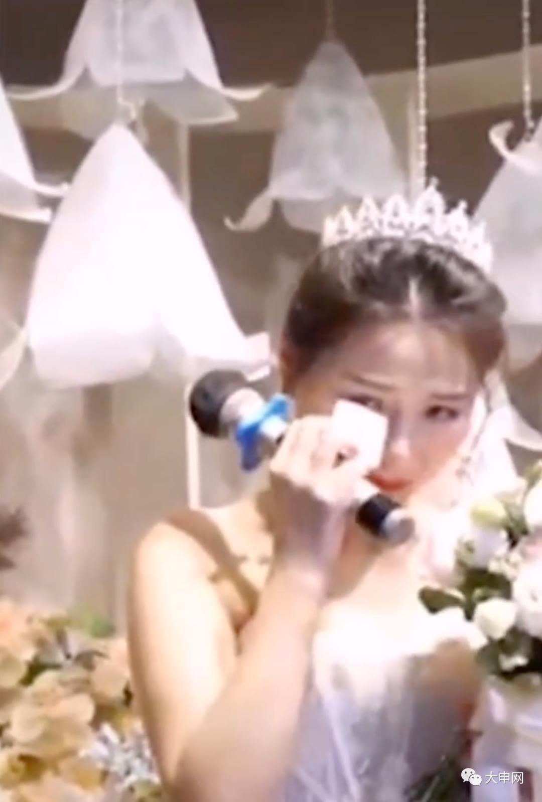 Chú rể nhận cuộc gọi khẩn cấp trước hôn lễ đẩy cô dâu vào tình huống bi hài tại sảnh cưới khiến quan khách xúc động 2