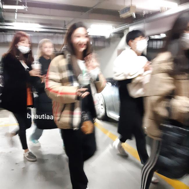 Netizen tung bằng chứng Nancy và JooE không mang khấu trang lúc đang di chuyển gần khán giả.