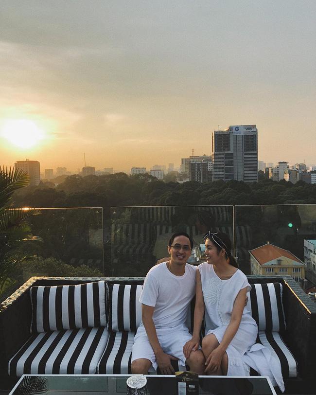 Đôi khi chẳng cần cầu kỳ, các cặp vợ chồng cứ cùng nhau lên đồ xuyệt tông trắng, vậy là đẹp cả đôi mà chụp hình cũng rất ăn ảnh.