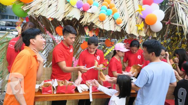 Hội chợ vui xuân do Bệnh viện Ung Bướu TP.HCM tổ chức cho các em