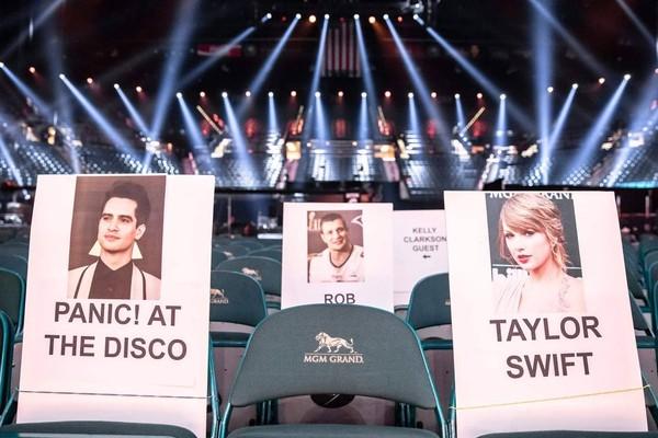 Taylor Swift và Brandon Urie ngồi cùng nhau ở hàng ghế đầu.