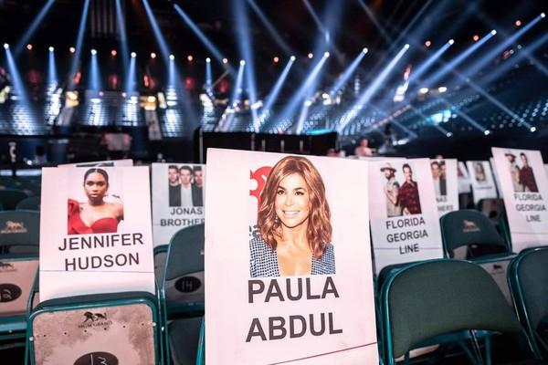Paula Abdul và Jennifer Hudson.