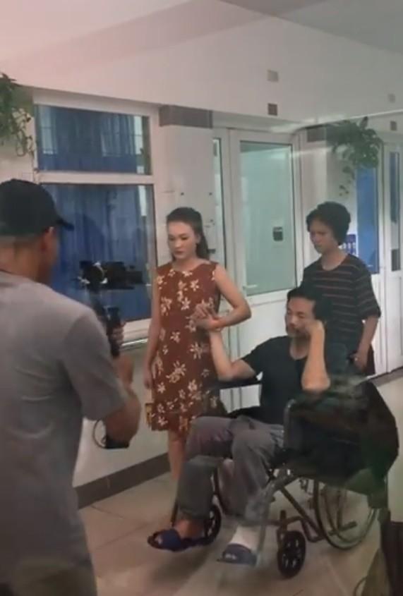 Hình ảnh ông Sơn nhập viện với một bên chân bị thương được fan chia sẻ.