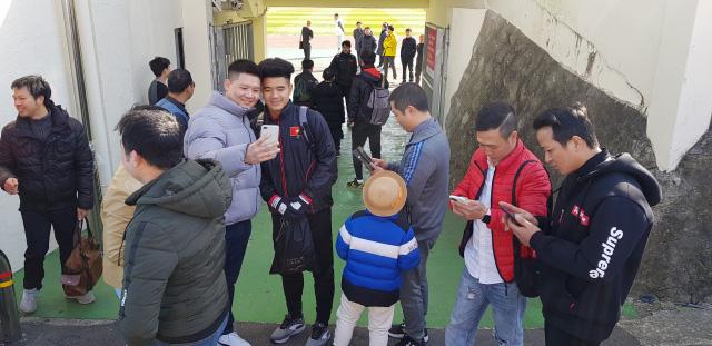 Người hâm mộ chụp ảnh cùng Hà Đức Chinh