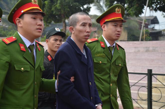 Bị cáo Bùi Văn Công được đưa đến phiên xét xử.