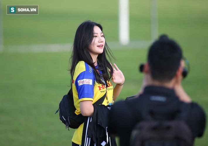 Ngay lập tức, nữ phóng viên Hàn Quốc nhận được sự chú ý của truyền thông khi cô mặc trên mình chiếc áo tập của Việt Nam.
