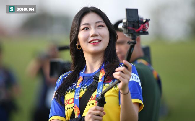 Nữ PV Hàn Quốc đẹp hút hồn, gây chú ý với trang phục ấn tượng ở buổi tập của U23 Việt Nam 0