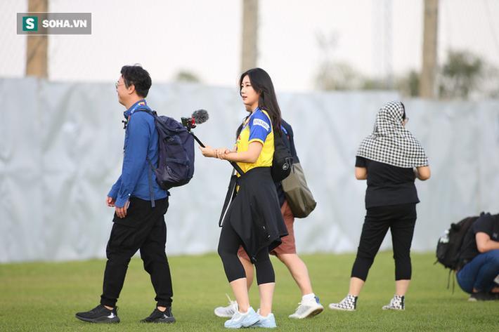 Ở 2 buổi tập trước, ngoài đội ngũ truyền thông của AFC, vẫn chưa có phóng viên nước ngoài nào đến tác nghiệp buổi tập của U23 Việt Nam. Phải đến chiều nay mới có sự xuất hiện của 3 phóng viên Hàn Quốc.