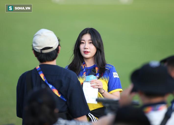 'Tôi là một cô gái yêu bóng đá và rất vui khi được đến tác nghiệp tại VCK U23 châu Á 2020 để theo dõi cả hai đội tuyển Hàn Quốc và Việt Nam', phóng viên Yoonkyung Cha chia sẻ.