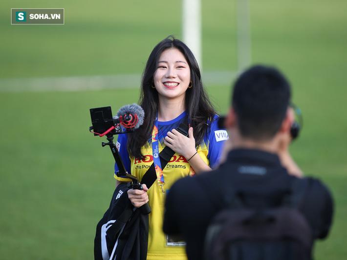 'HLV Park Hang-seo rất nổi tiếng nên hôm nay tôi đến đây đơn giản chỉ vì muốn được nhìn thấy ông ấy. Tôi cũng đã nghe đến Nguyễn Quang Hải, một cầu thủ rất nổi tiếng của Việt Nam', cô cho biết thêm.