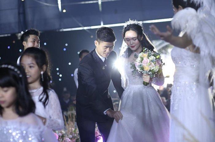 Duy Mạnh đốn tim fan bằng hành động chỉnh váy cho Quỳnh Anh. Duy Mạnh chỉnh váy cho vợ từ nhà gái đến tận lễ cưới.