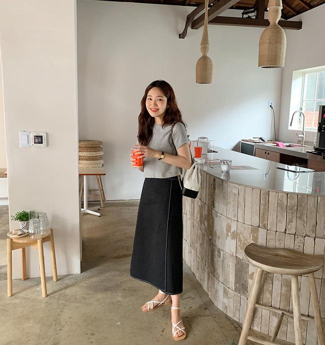 Mix chân váy đen với áo thun dáng lửng, bạn sẽ có được set đồ thật trẻ trung, thú vị. Chưa hết, áo dáng lửng cùng đôi sandal quai mảnh sẽ là những vũ khí hack dáng rất hiệu quả.
