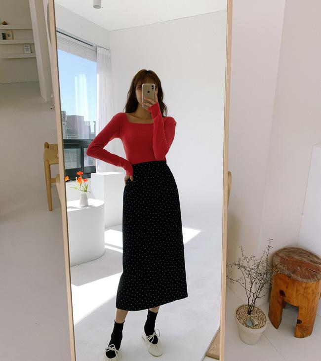 Chân váy đen thì đâu chỉ có những phiên bản trơn màu, bạn hãy ưu ái cả những chiếc chân váy họa tiết chấm bi nữa. Và khi mix với áo thun ôm sát, màu mè, diện mạo sẽ vừa nổi bật, vừa quyến rũ lại rất thời trang.