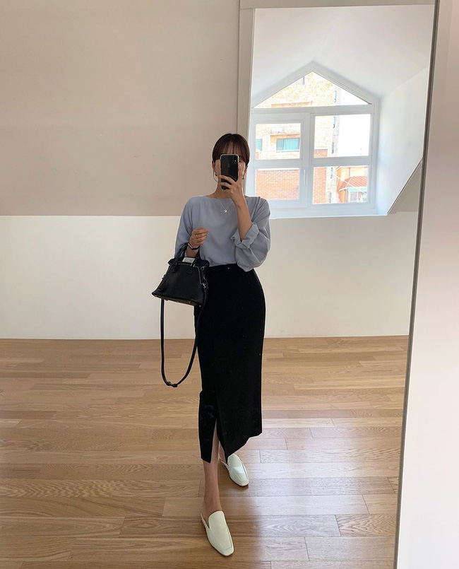 Có thể bạn không biết, chân váy xẻ tà ít nhiều sẽ giúp chân bạn dài hơn, vóc dáng thêm cao ráo, đã vậy còn tăng nét cuốn hút cho cả tổng thể trang phục.