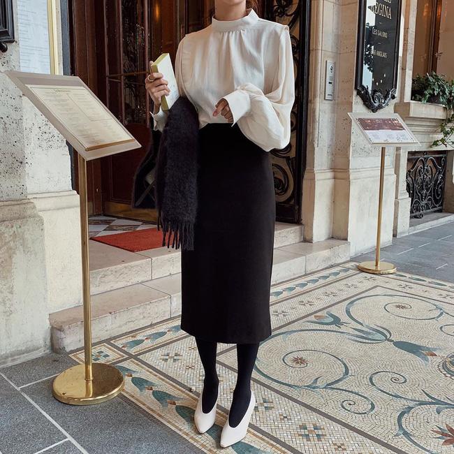 Bộ đôi áo blouse trắng + chân váy đen thực sự hợp với môi trường công sở, và thay vì diện những đôi giày đen kịt, một đôi giày trắng sẽ giúp set đồ của bạn trở nên tươi mới, hút mắt hơn.