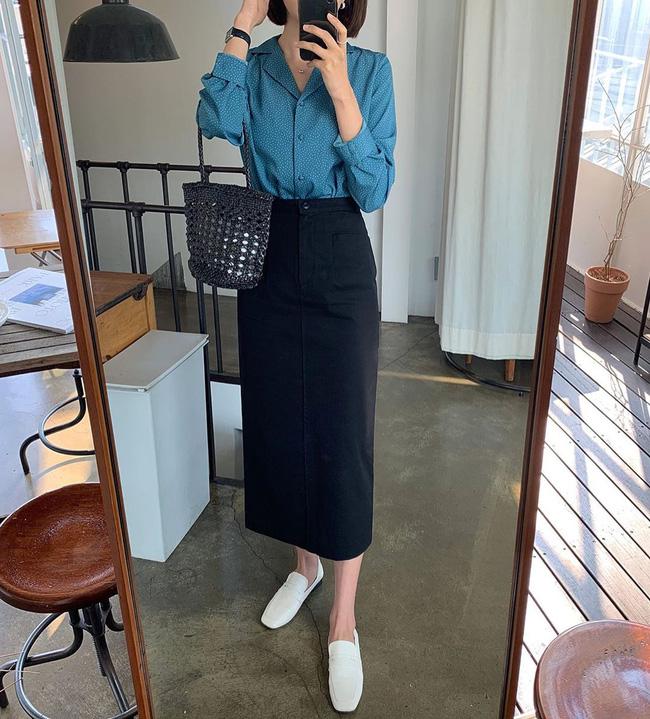 Mix chân váy đen với áo họa tiết chấm bi thì bạn khỏi lo mất điểm phong cách, thậm chí còn được khen mặc đẹp và có gu nữa đấy!