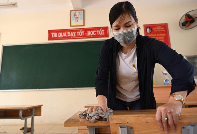 Sáng 2/5, cùng với nhiều trường trên địa bàn thành phố Hà Nội, trường THCS Văn Quán (Hà Đông, Hà Nội) đã tổ chức làm công tác dọn dẹp, vệ sinh trường lớp để chuẩn bị cho ngày đón học sinh trở lại học tập sau thời gian dài tạm nghỉ và giãn cách xã hội vì đại dịch Covid-19.