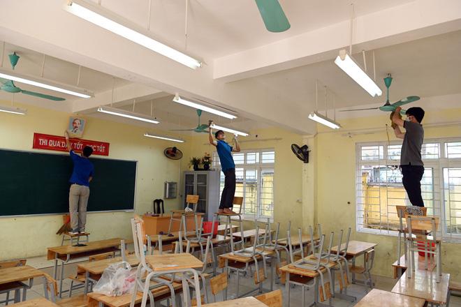 Với sự tự nguyện giúp đỡ của hội phụ huynh, đã có khoảng hơn 70 cán bộ, giáo viên cùng các bậc cha mẹ dọn dẹp vệ sinh trường lớp, triển khai các biện pháp phòng chống dịch sẵn sàng cho con em trở lại lớp học.