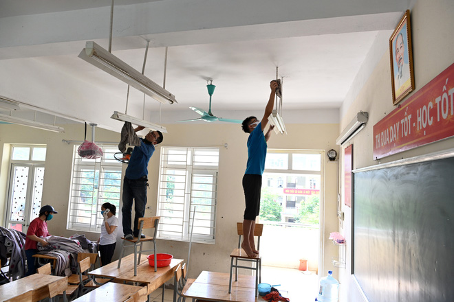 Ghi nhận trong sáng nay, mỗi lớp học có tới 3-4 phụ huynh có mặt chung tay dọn dẹp cùng cán bộ và giáo viên trong trường.