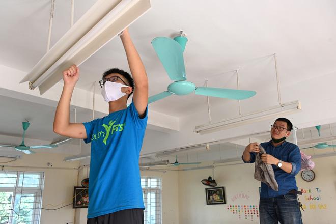 Một số học sinh lớn các khối 8, 9 xin phép cha mẹ và thầy cô tới giúp đỡ việc lau dọn.