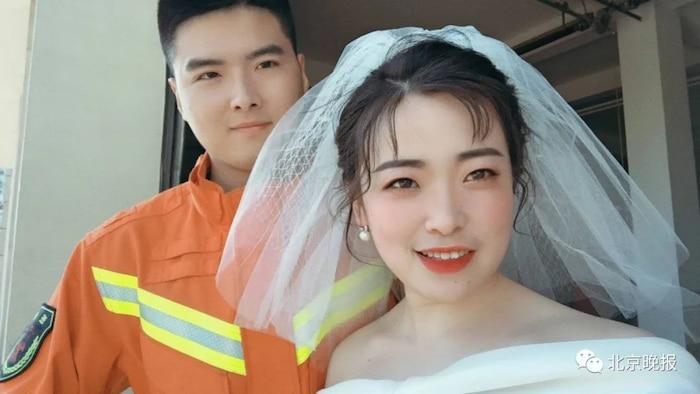 Anh Bùi và vợ sắp cưới của anh.