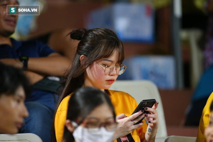 Sau khi cùng Quang Hải tham dự Gala trao giải Quả bóng vàng 2019, Huỳnh Anh tiếp tục đến Hàng Đẫy để cổ vũ cho người yêu của mình.