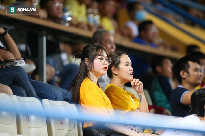Tuy nhiên cô cũng rất chăm chú theo dõi diễn biến trận đấu.