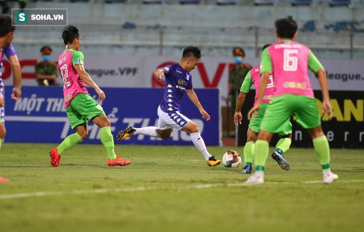 Ở dưới sân, Quang Hải cũng có một trận đấu đầy nỗ lực cùng các đồng đội.