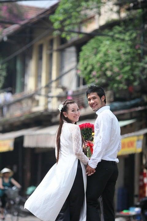 Mê mẩn cô gái Hà Nội, chàng trai ngày ngày đi chợ sớm mua hoa ném vào cổng nhà thì bị bố vợ tương lai bắt gặp, diễn biến tiếp theo mới bất ngờ 2