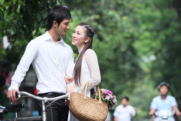 Mê mẩn cô gái Hà Nội, chàng trai ngày ngày đi chợ sớm mua hoa ném vào cổng nhà thì bị bố vợ tương lai bắt gặp, diễn biến tiếp theo mới bất ngờ 3
