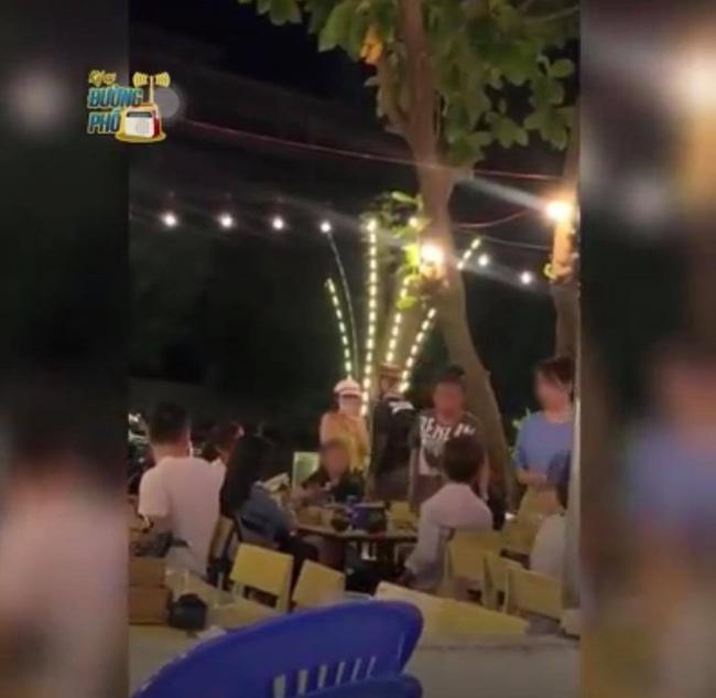 Người bạn gái đứng lên chửi mắng anh chồng.