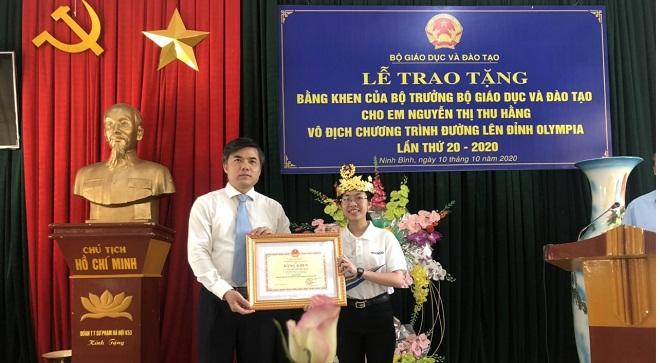 Ông Bùi Văn Linh - Vụ trưởng Vụ Giáo dục Chính trị và Công tác HSSV (Bộ GD-ĐT) đã trao tặng Bằng khen của Bộ trưởng Bộ trưởng Bộ GD-ĐT cho em Nguyễn Thị Thu Hằng